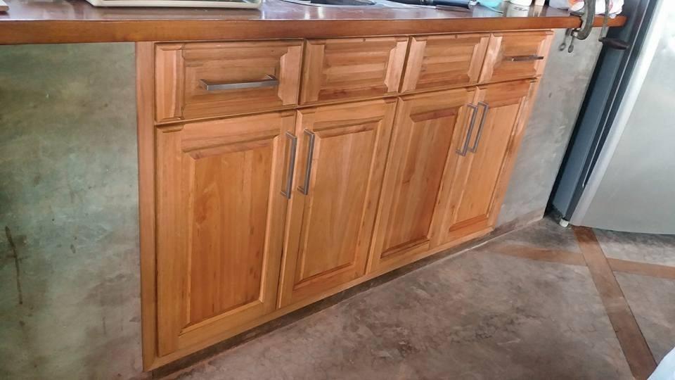 Muebles bajo mesadas a medida cocina madera carpintero for Muebles bajos cocina negro