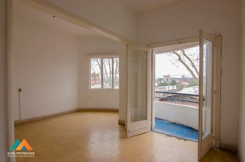 muy buen apartamento al frente, con balcón, 2 dormitorios