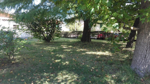 muy linda casa céntrica con hermoso parque.