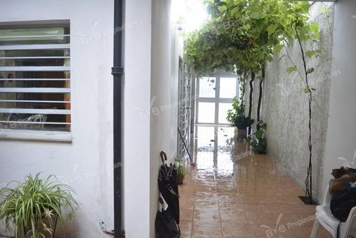 muy linda propiedad en excelente zona con patio y parrillero