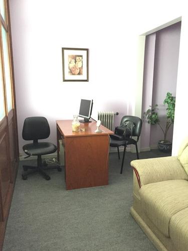 oficina con muebles