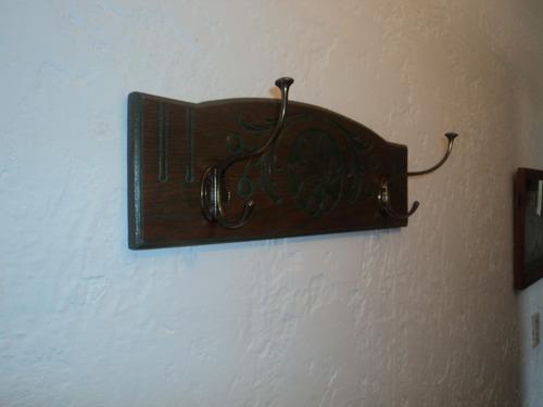 perchero de roble esculturado con perchas de bronce precioso