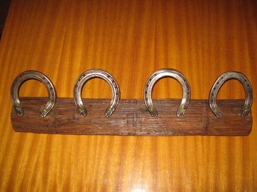 perchero madera rústica con clavos de rieles o con herradura