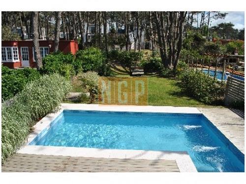 piscina y parrillero techado, todos lo ambientes con a/c. - ref: 22002