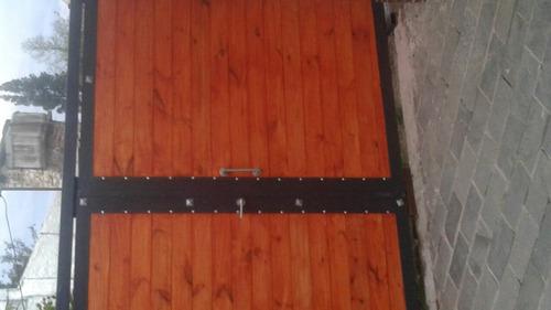 portón de 2 hojas de madera pintado con columnas
