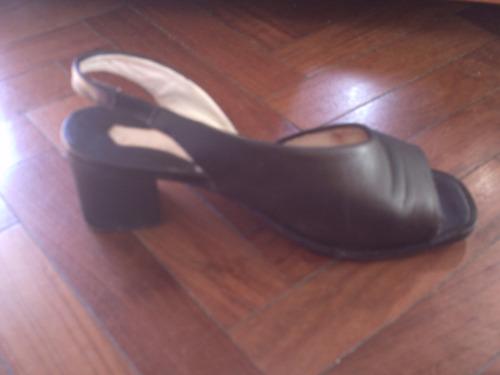 preciosas sandalias de cuero negro