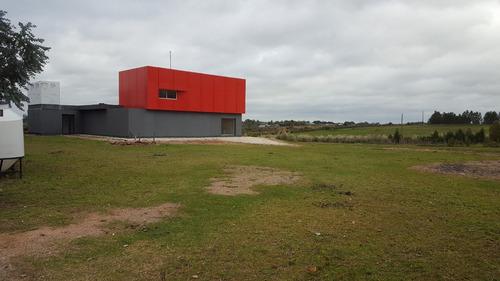 predio de 3 hectáreas con oficinas y privados.