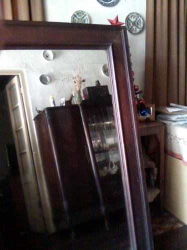 puerta de ropero con espejo con marco de madera muy anthgua