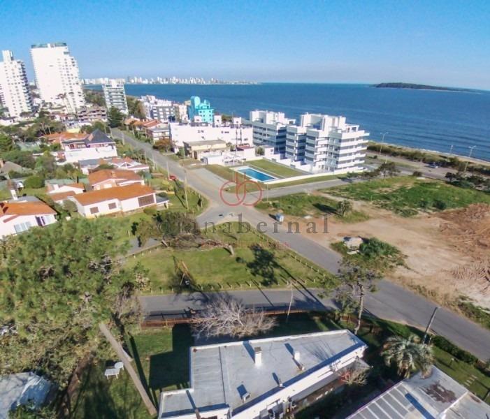 punta del este, playa mansa, chalet con vista al mar de 2 dormitorios y 2 baños.-ref:41070