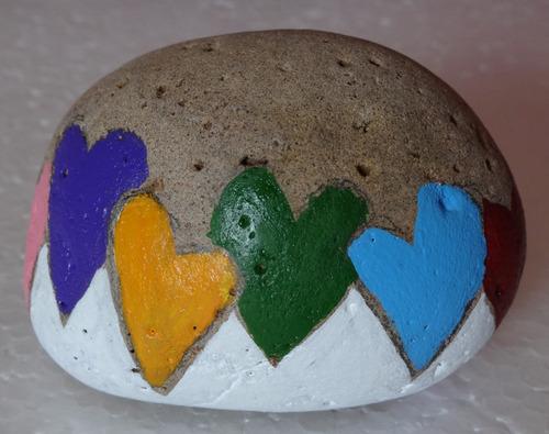 regalo original colorido pintura en piedra pisa papel plumas