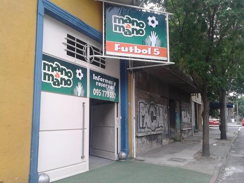 salón de fiestas con cancha de fútbol 5