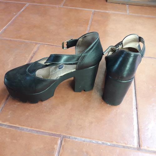 sandalias de cuero.