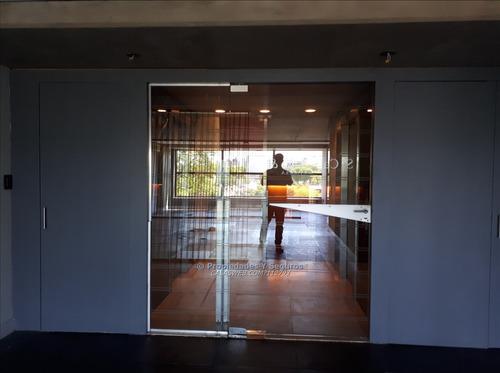 se vende oficina con renta frente al golf con 2 garajes