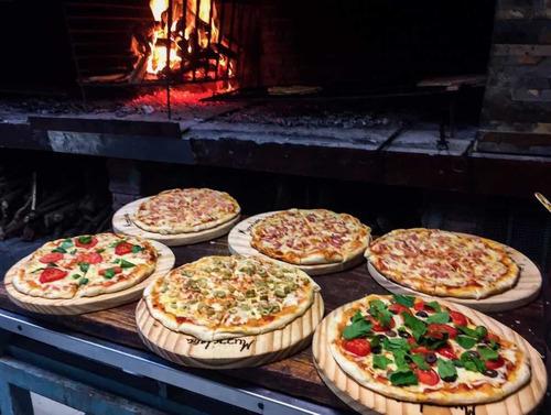 servicio de pizzas a la parrilla, chivitos, papas con salsas