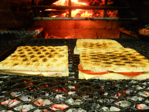 servicio de pizzas, sándwiches y lehmeyún a la parrilla