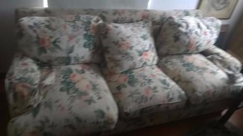 silon de 3 cuerpos tapizado en tela floreado con almohadones