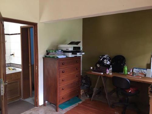 solida construcción  y amplios ambientes