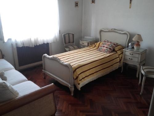 sólida y amplia casa de 4 dormitorios.