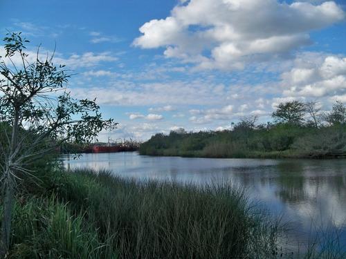 terreno sobre arroyo navegable en planta urbana de carmelo