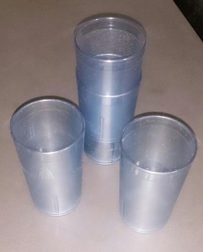 vasos de plástico.
