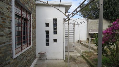 venta casa con 2 dormitorios, amplio terreno. acepta banco.