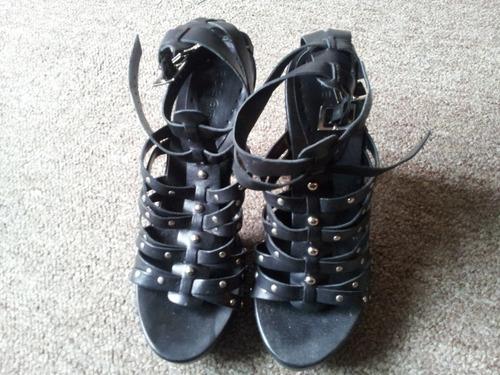 zapatos de cuero negro taco alto de madera con tachas bcbg