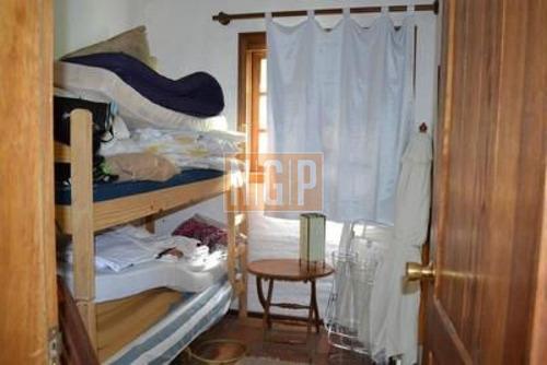 zona residencial ,muy agradable, 4 dorm. (2 en suite), y dep. de servicio. cuenta con un club house y piscina.deeck con estar y parrillero al jardín,fresca,luminosa. - ref: 21521